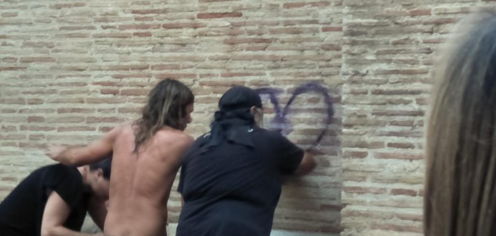 Roba un spray de un artista callejero y pinta en la fachada de la catedral de Valencia
