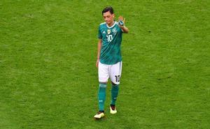 Özil, harto de críticas, deja la selección alemana