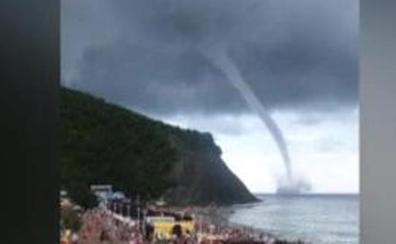 Un espectacular tornado en el Mar Negro amarga las vacaciones a los turistas