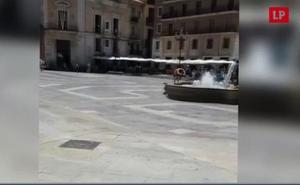 Orines, duchas y amenazas entre indigentes frente a la Catedral de Valencia