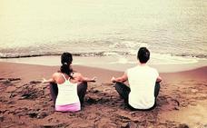 La arena de la playa, el escenario perfecto para practicar yoga