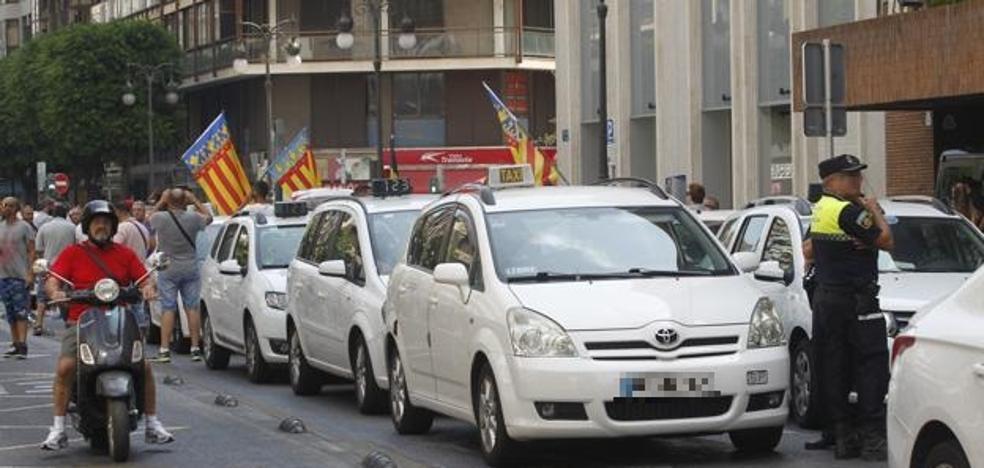 Los taxistas mantienen la huelga hasta el miércoles a la espera de lo que hagan Madrid y Barcelona