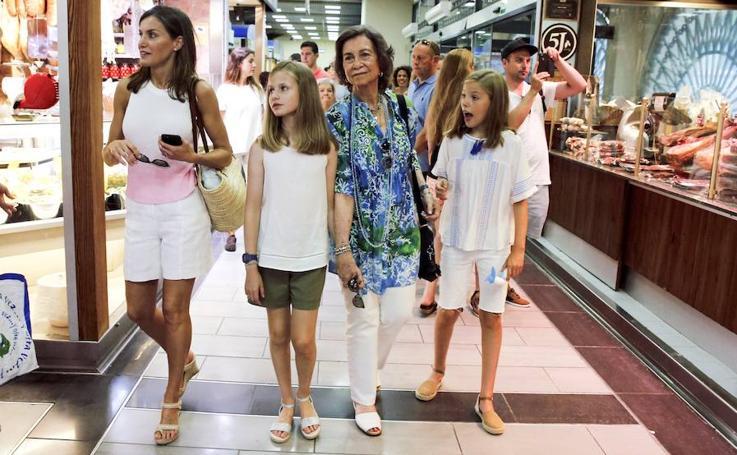 Las reinas visitan el mercado de Palma
