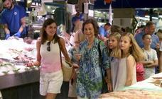 El número de lotería que la Reina Letizia y Doña Sofía compraron en su visita al mercado de Palma