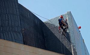 El Palau de la Música instala una malla para evitar la caída de trencadís