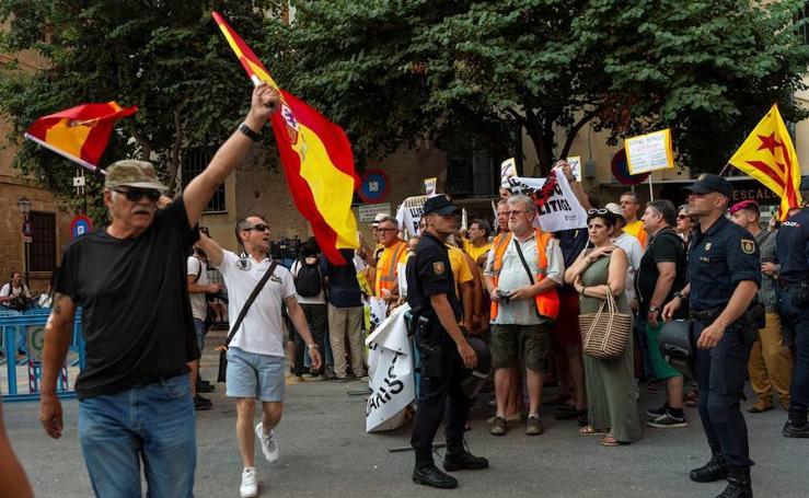 Concentración a favor y en contra de la monarquía en Palma