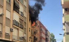 Tres personas atentidas por inhalación de humo en el incendio de una vivienda de Xàtiva