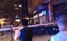 Cuatro niños y tres adultos heridos en un choque en un cruce de Valencia y con un coche empotrado en un portal