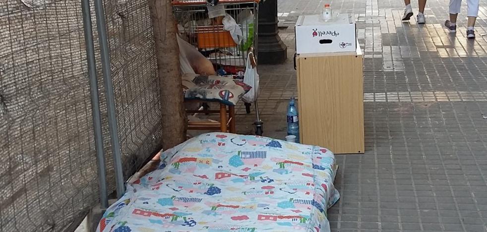 Velluters se llena de campamentos de indigentes en solares y jardines