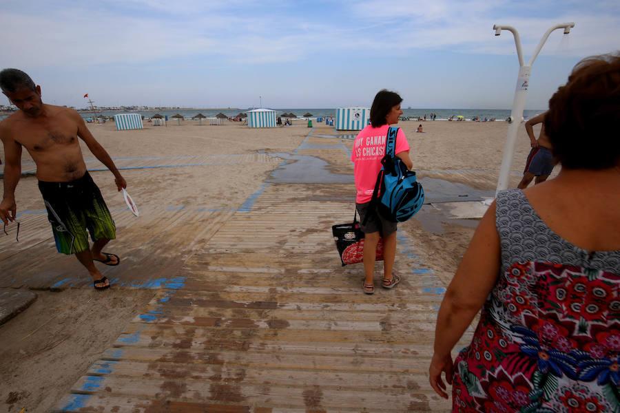 La playa de Pinedo, cerrada al baño