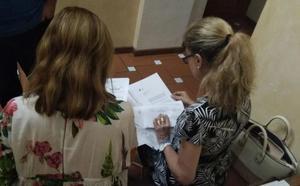 El PP de Paterna trabaja en las escaleras tras el cierre de su despacho