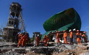 Continúan las tareas de rescate en Indonesia tras el virulento terremoto