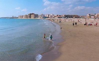 Reabierta una playa de Torrevieja tras la aparición de un vertido «marrón y pegajoso»