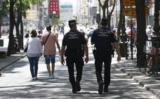 La policía utiliza una pistola eléctrica para desarmar a un hombre en el centro de Valencia