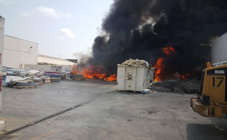 Arde una empresa de reciclaje en el polígono industrial en Alboraya