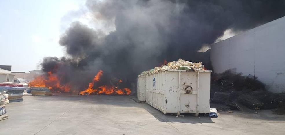 Arde una empresa de reciclaje en el polígono industrial de Alboraya
