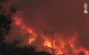 El fuego obliga a desplazar el puesto de mando del incendio de Llutxent
