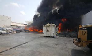 Arde en Alboraya el exterior de una empresa de reciclaje