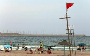 Los hosteleros critican el abandono municipal de la playa de Pinedo