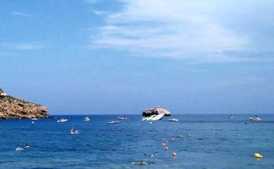 Un yate de 18 metros se hunde frente a la cala del Portitxol de Xàbia