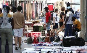 Cs y PP plantean multas a los clientes de manteros para frenar la venta ilegal en Valencia
