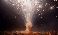 La Nit de l'Albà tiñe, ilumina y hace retumbar a Elche
