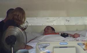 El valenciano de 350 kilos, trasladado en un camión del hospital a la sala de espera del centro de salud de Turís