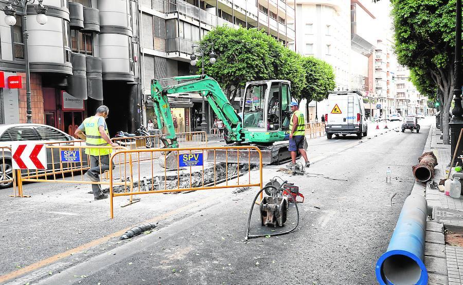 Obras en la calle Colón para reparar la red de riego tras la fuga de millones de litros