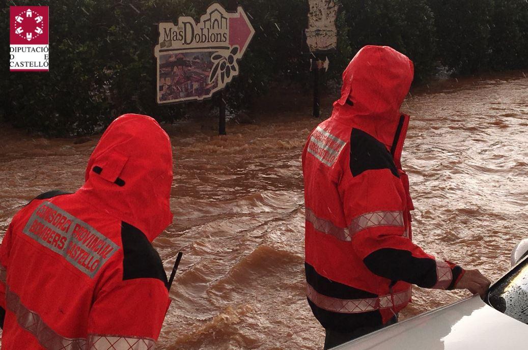 Las fuertes lluvias obligan a rescatar a una mujer y dejan varios coches atrapados en Castellón