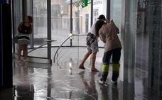 Atrapados, inundaciones y playas cerradas por las lluvias