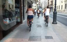 Grupos de turistas en bicicleta invaden las aceras del centro de Valencia y avivan las protestas