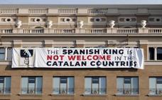Los independentistas cuelgan dos pancartas contra el Rey
