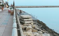 Una pasarela de acceso al mar en el puerto deportivo