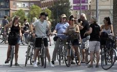 Los vecinos exigen el control y multas a los ciclistas que van por las aceras