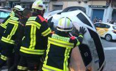 Un conductor ebrio vuelca con su coche en una calle de Valencia