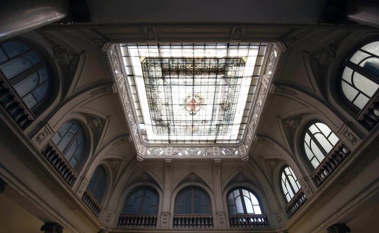Colocan la vidriera restaurada del Ayuntamiento de Valencia