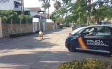 Un encapuchado huye en bici tras matar a tiros a un hombre en Estepona
