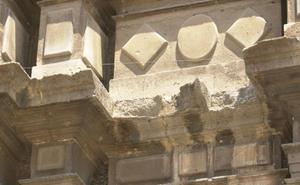 Se desprenden varias piedras de un campanario del barrio del Carmen de Valencia