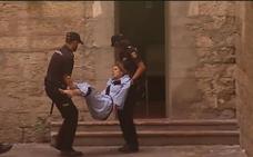 La recién casada acusada de matar al marido en Alicante entra al juzgado en brazos al negarse a andar