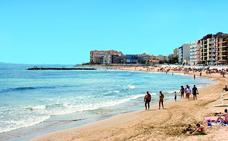 Dos trabajadores de la limpieza salvan la vida a una mujer que estaba flotando en la playa de Torrevieja