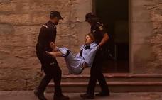 Llevan en volandas al juzgado a la 'viuda negra' de Alicante