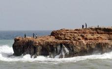 Rescatan a una mujer tras caer en un pequeño acantilado de una cala de Torrevieja