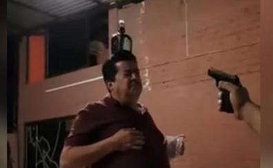 Dispara durante una fiesta a una botella colocada sobre la cabeza de un hombre