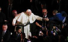 El Papa improvisa un 'mea culpa' asfixiado por los abusos en Irlanda