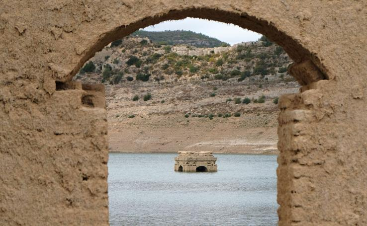 La vieja iglesia de Tous emerge del pantano