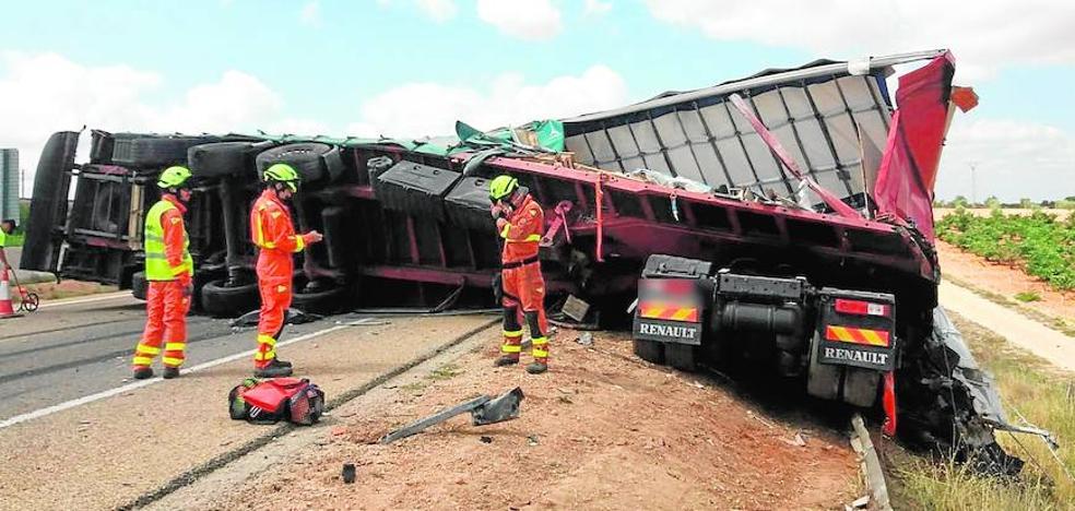 El vuelco de un camión colapsa la A-3 y obliga a cortarla en dirección a Madrid