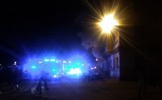 Un incendio destruye una vivienda y obliga a desalojar a los vecinos en el Cabanyal