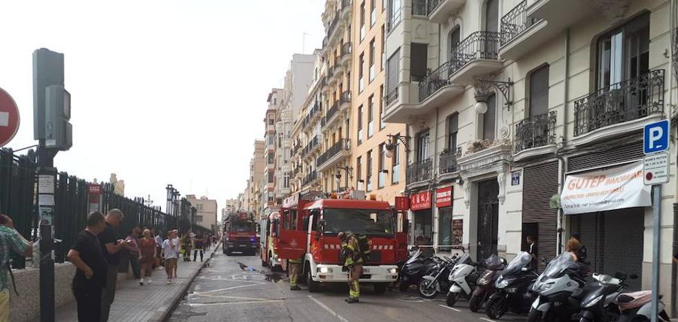 Incendio en un cuadro de contadores en el centro de Valencia