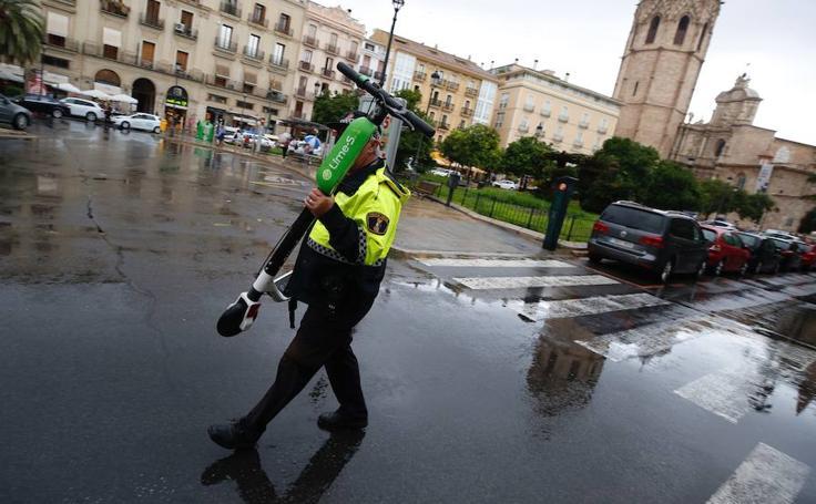 La Policía retira los patinetes eléctricos de alquiler de las calles de Valencia