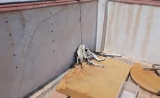 Un perro aparece muerto atado con una cadena en una azotea comunitaria